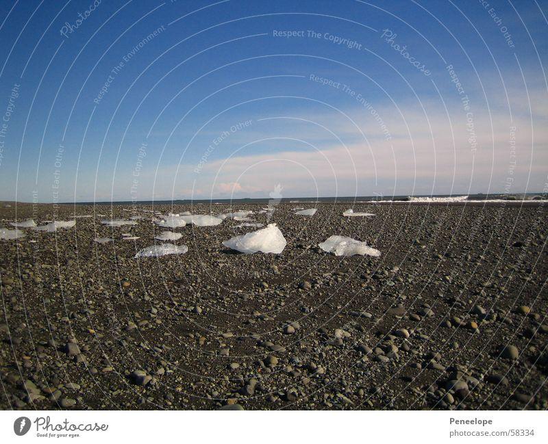 Ice on the beach weiß Strand Wolken Eisberg Ferne Meer Winter schön scwarz blau Himmel Kristallstrukturen mehr Stein Wetter
