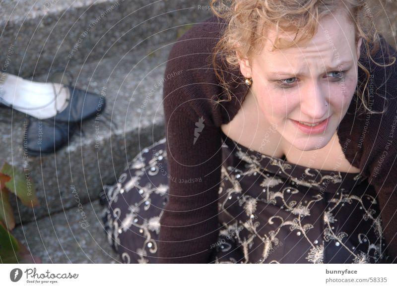verzweiflung Frau schwarz Schuhe Angst Trauer Treppe Verzweiflung Panik weinen unsicher verteilt Abendkleid