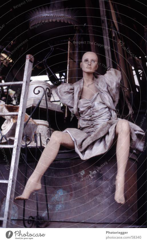 ...real beauty lasts forever... Schaufensterpuppe Kleid Flohmarkt Paris Trödel Puppe Leiter sitzen