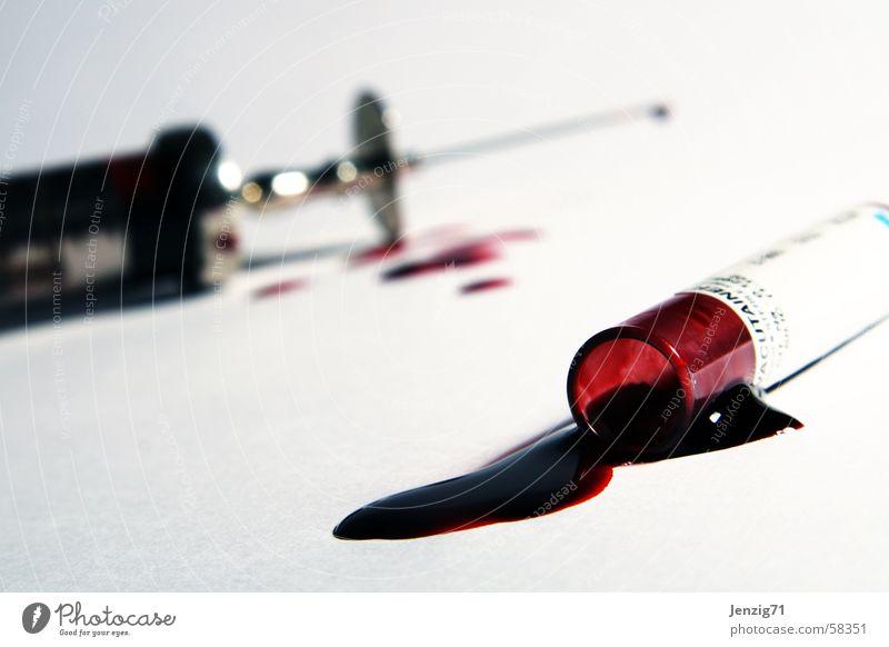 Laboratorium. Spritze Kanüle Blut stechen Laborröhrchen Arzt steril Spitze Wassertropfen Glas Metall Nadelstich Stich Scharfer Gegenstand Bluttest