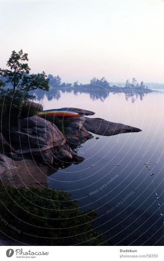 Kayaks in morning Natur schön Sommer Strand Ferien & Urlaub & Reisen ruhig Farbe See Wasserfahrzeug Nebel Felsen Kanu Gelassenheit Bucht Kanada Seeufer