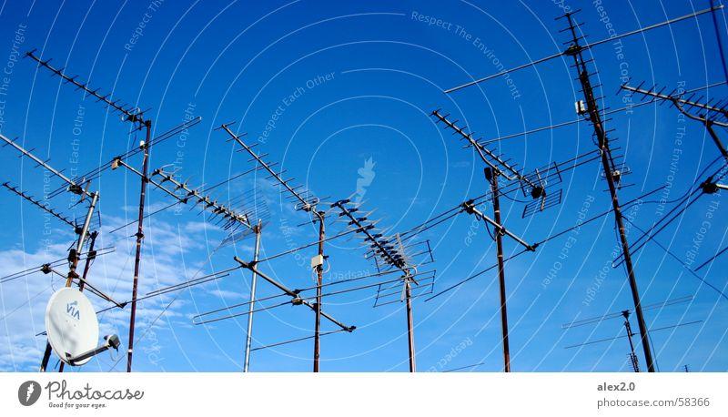 Mal wieder lesen... Wolken Antenne Fernsehen Barcelona Himmel blau dachterasse oben heaven sky clouds Parkdeck above upstairs atop parabol atenna dish atenna