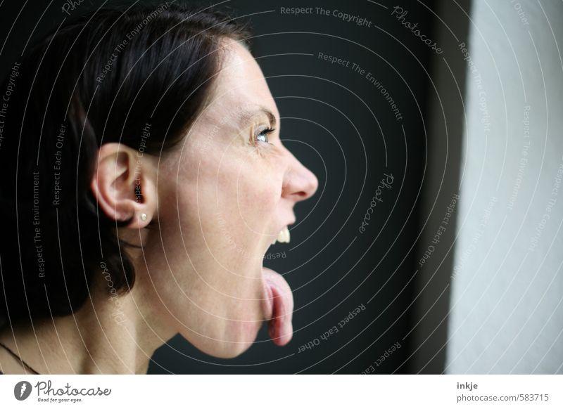 :-P Lifestyle Stil Freizeit & Hobby Frau Erwachsene Leben Gesicht Zunge 1 Mensch 30-45 Jahre Kommunizieren machen Blick Aggression verrückt Wut Gefühle Stimmung