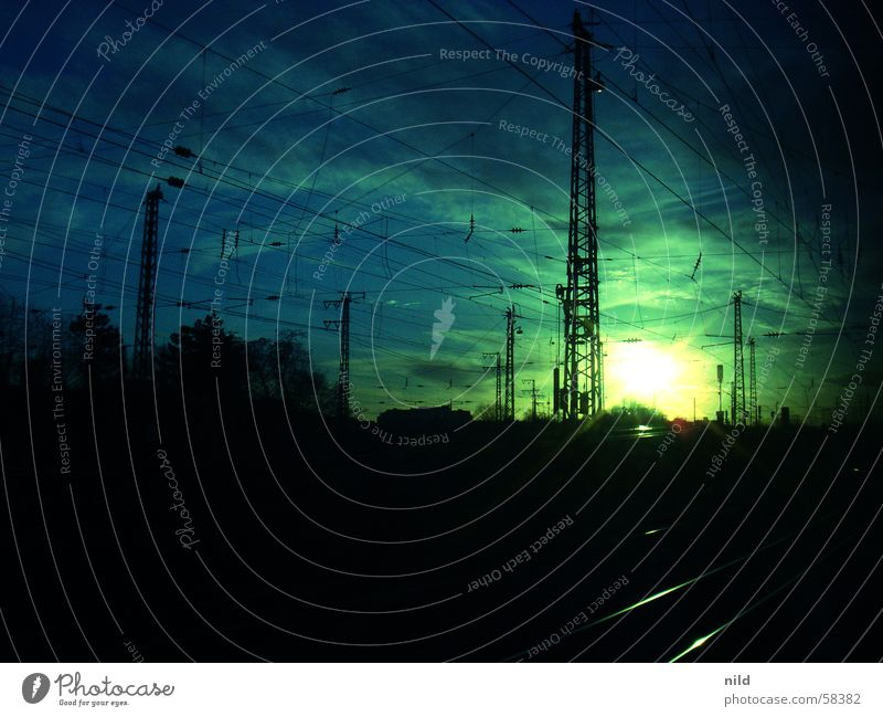 Sunpoint III Gleise Wolken Stimmung Gegenlicht grün ruhig Pasing Licht & Schatten Fernweh Arbeitsweg Öffentlicher Personennahverkehr München dunkel Eisenbahn