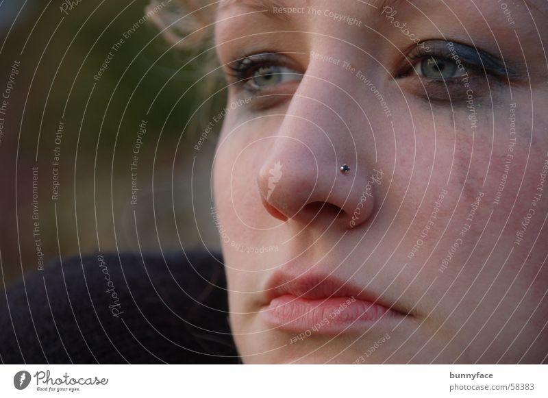 die hoffnung danach? Frau Gesicht Ferne dunkel Denken planen leer Hoffnung Trauer Aussicht weinen bewegungslos geschminkt Lichtblick Schattenseite