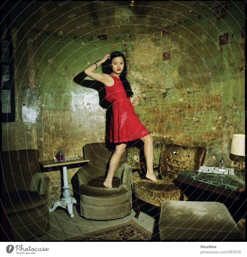 Stuhltanz auf den Sesseln. Jugendliche schön rot Junge Frau 18-30 Jahre Erwachsene Wand Leben feminin Feste & Feiern Beine ästhetisch Tisch Coolness retro Kleid