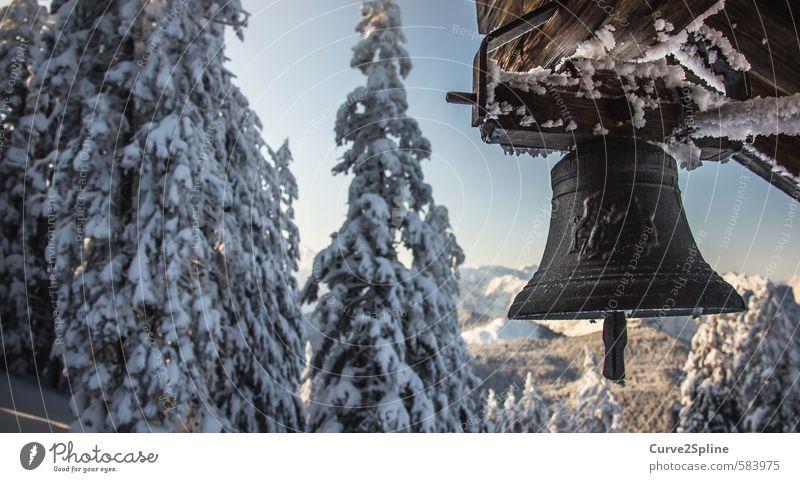 Winterläuten Natur Berge u. Gebirge Schnee Holz authentisch Schönes Wetter Frost Schneebedeckte Gipfel Eisen Glocke