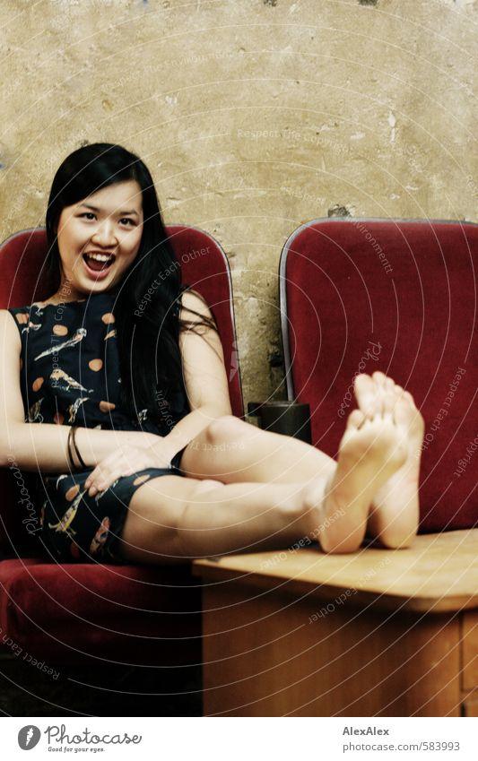 Aha, meinste also?! Junge Frau Jugendliche Beine Fuß 18-30 Jahre Erwachsene Café Kinosessel Tisch Kleid Barfuß schwarzhaarig langhaarig sprechen Lächeln lachen
