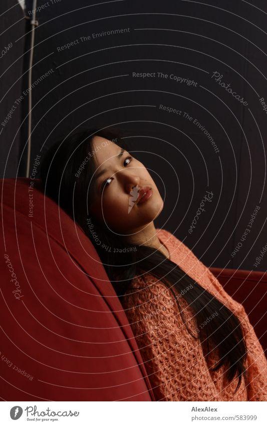 heilig Jugendliche schön rot Junge Frau ruhig 18-30 Jahre Erwachsene feminin Denken Kopf sitzen ästhetisch beobachten retro einzigartig Hoffnung
