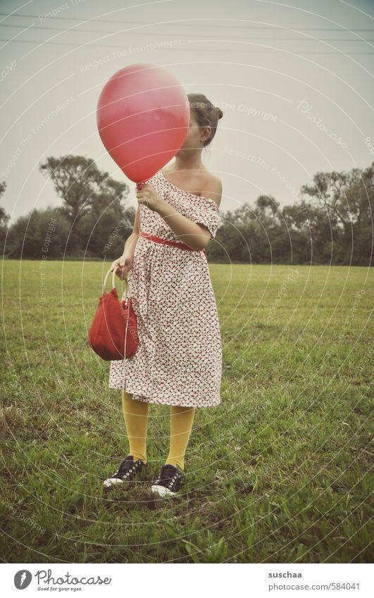 red balloon Mensch Kind Himmel Natur Jugendliche schön Sommer Baum rot Hand Landschaft Mädchen Junger Mann Umwelt Leben feminin