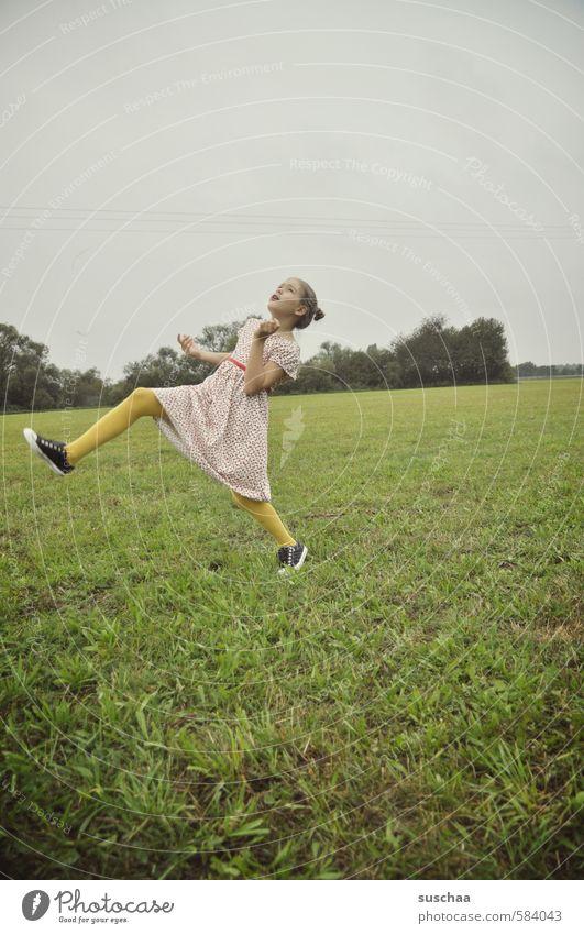 mit ganz großen schritten ... Mensch Kind Himmel Natur Jugendliche grün Sommer Junge Frau Landschaft Mädchen Gesicht Umwelt Wiese feminin Sport Gras
