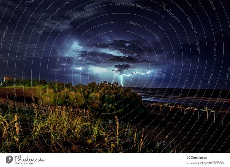 Gewitter mit Blitz über dem Meer Ferien & Urlaub & Reisen Pflanze Landschaft Wolken Strand Ferne Umwelt Angst Wetter Regen Kraft Wind Klima Abenteuer Bucht