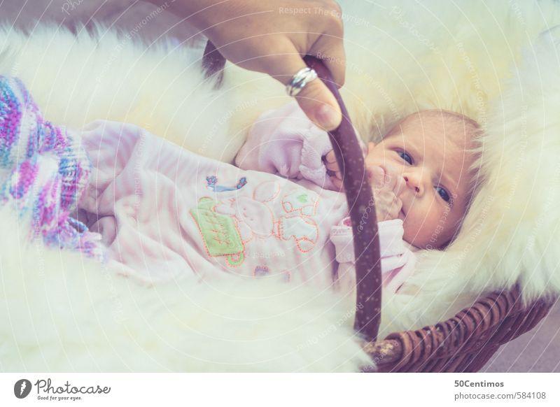 Baby I'm Korb auf Schafsfell mit Mamas Hand Mutter Erwachsene Körper 1 Mensch 2 0-12 Monate Holz füttern Blick schaukeln schlafen warten Neugier niedlich Glück