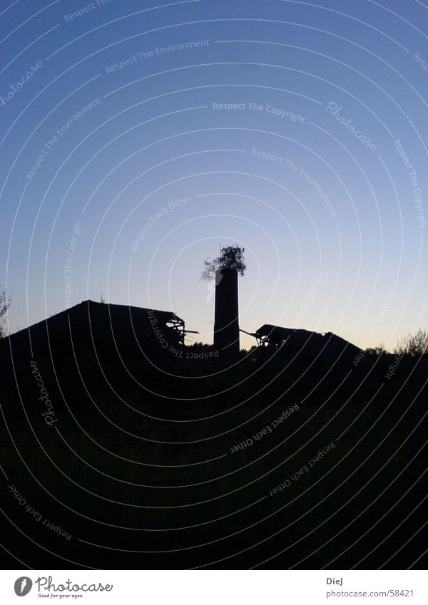 es war einmal alt Dach Trauer Haus Sträucher Baum Ruine baufällig abrissreif schwarz Schornstein Deutschland Traurigkeit siluette Holzbrett Himmel blau Schatten