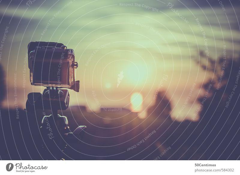Kleinkamera filmt den Sonnenuntergang Ferien & Urlaub & Reisen Videokamera Fotokamera Filmindustrie Umwelt Landschaft Sonnenaufgang Sonnenlicht Pflanze genießen