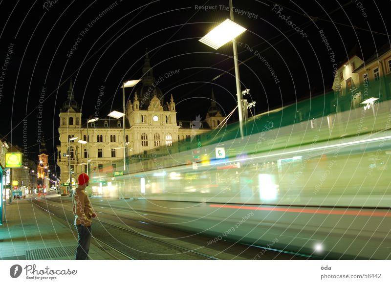 rush hour #2 Langzeitbelichtung Licht Straßenbahn fahren Gleise Hauptplatz Graz Nacht Mann historisch Bewegung Beleuchtung Lampe stehen gebäude Station warten