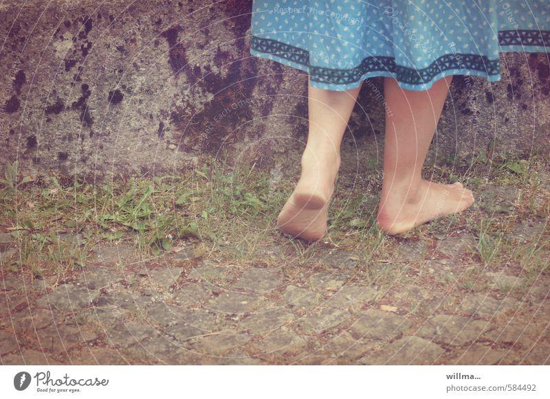 piekst? Mädchen Junge Frau Jugendliche ländlich Trachtenkleid Beine Fuß Barfuß Gras Mauer Wand stehen dreckig Pflastersteine Kopfsteinpflaster Gedeckte Farben