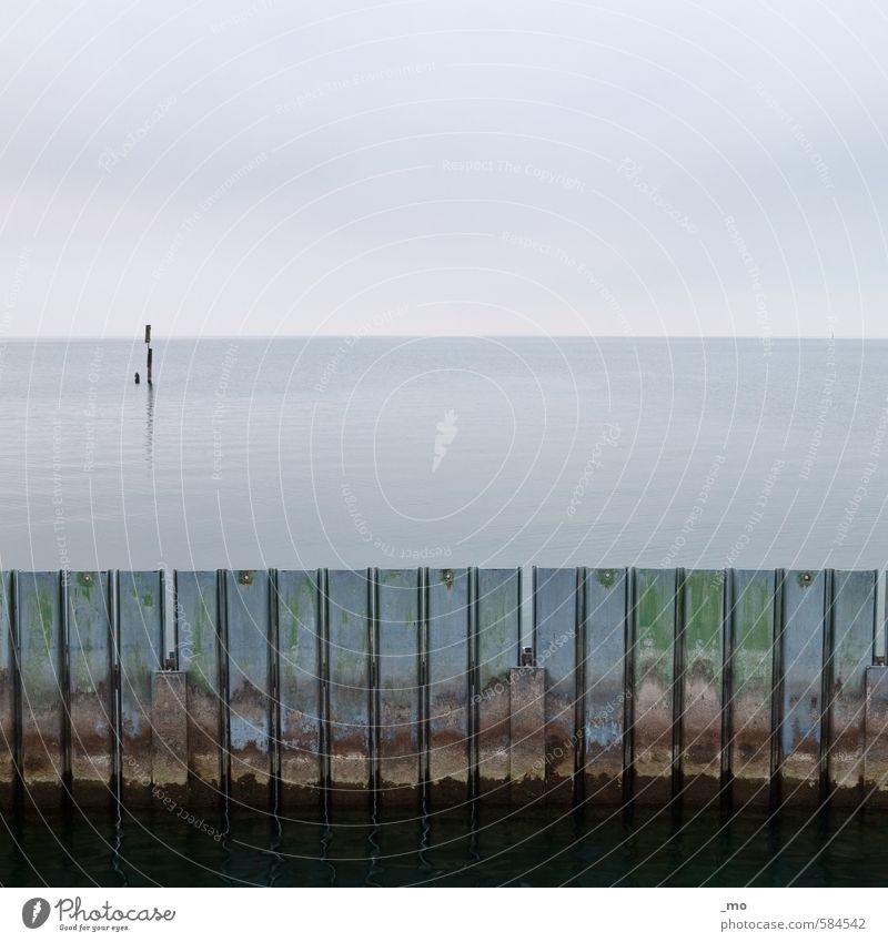 ausgesperrt Wasser Himmel Horizont Küste Meer See Hafen Mauer Wand alt dreckig kalt trist blau grün Schutz standhaft Sicherheit Verfall Vergänglichkeit Farbfoto