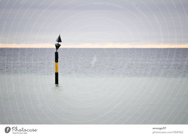 Novembergrau Himmel Natur Wasser Meer Umwelt Herbst Küste Horizont Wellen trist Schilder & Markierungen Ostsee Wasseroberfläche schlechtes Wetter