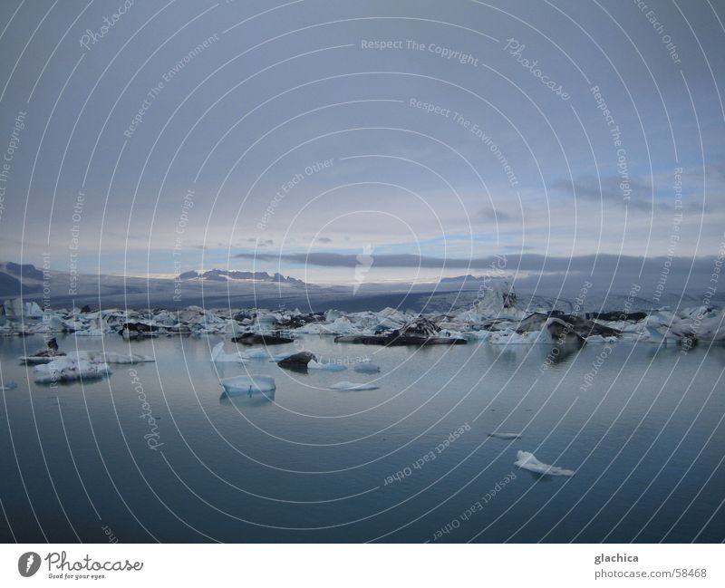 Gletscherlagune in Island Nordeuropa Eis Jökulsárlón Lagune Gletscher Vatnajökull weiß kalt massiv Ewigkeit violett fassungslos gleißend Licht Wolken ruhig