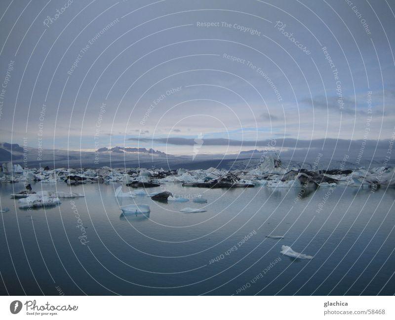 Gletscherlagune in Island Wasser Himmel weiß Meer blau Winter Ferien & Urlaub & Reisen ruhig Wolken Ferne kalt Berge u. Gebirge grau Landschaft Eis hell