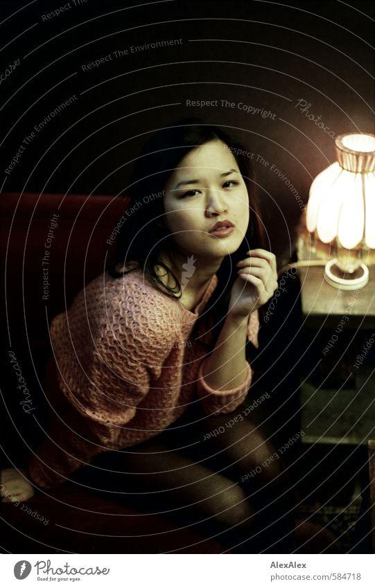 Dialog Lippenstift Bar Nachtleben Junge Frau Jugendliche Gesicht 18-30 Jahre Erwachsene Pullover Strumpfhose schwarzhaarig langhaarig Tischlampe beobachten