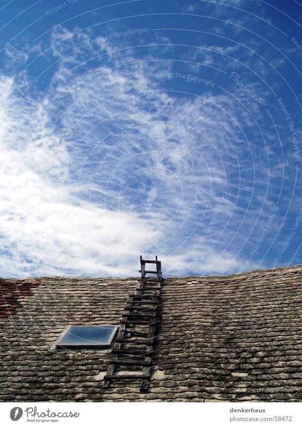 Leiter zum Himmel Wolken Dach Backstein Holz Fenster weiß Haus Frieden blau Himmelsleiter Dachfenster Unendlichkeit unerreichbar