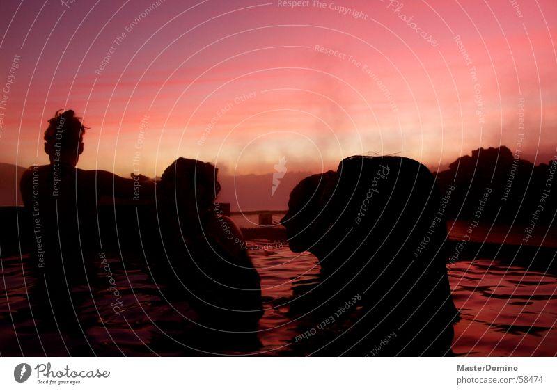 Pink Lagoon Frau Mensch Wasser schön Himmel schwarz Wolken Erholung Stimmung Wellen glänzend rosa nass Wellness weich Maske