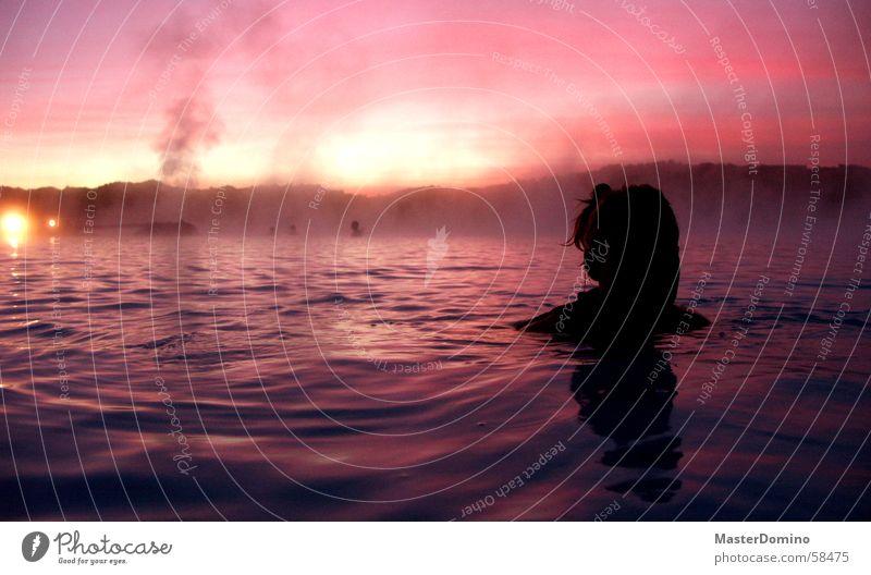 Pink Lagoon 2 Frau Mensch Wasser schön Himmel schwarz Wolken Erholung Stimmung Wellen glänzend rosa nass Wellness weich Maske
