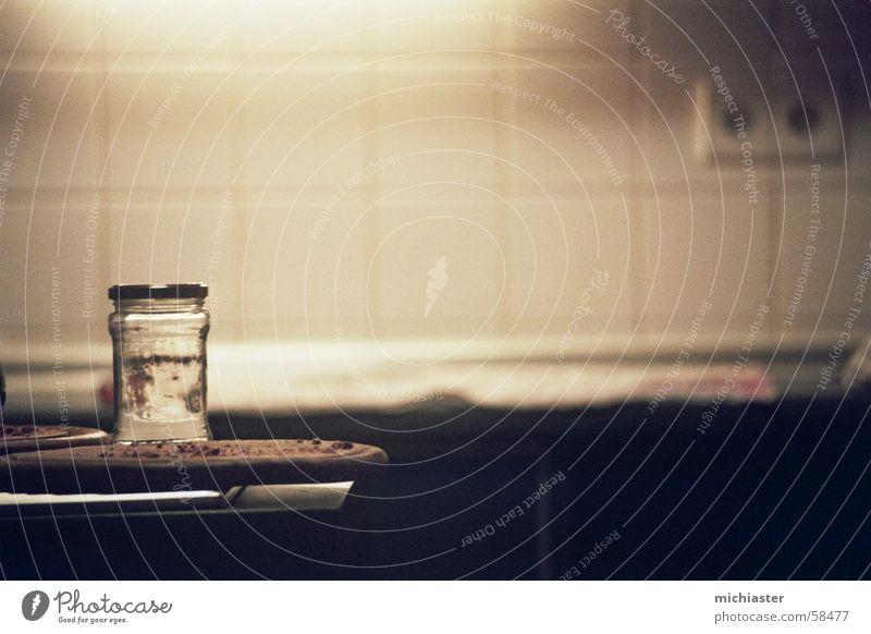 Wasserglas Glas Küche Einmachglas Schneidebrett Steckdose Fliesen u. Kacheln Gedeckte Farben Innenaufnahme Nahaufnahme Kunstlicht Licht Reflexion & Spiegelung