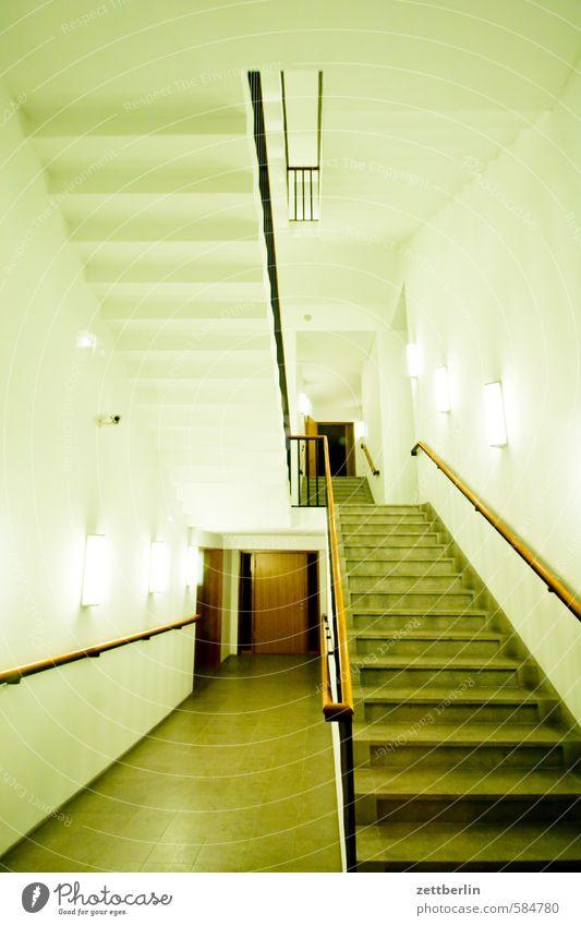 Treppe Treppenhaus Treppengeländer Geländer Niveau aufsteigen Abstieg Karriere Eingang Zugang Perspektive Zentralperspektive Treppenabsatz Haus Gebäude Büro