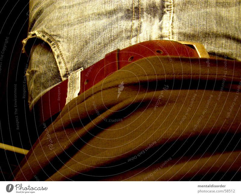 so sehe ich mich Gürtel Hose T-Shirt Loch Bekleidung Dinge anziehen entkleiden Tasche braun Reißverschluss Knöpfe Lende aufmachen Schnalle Stahl Naht Nähen Ecke