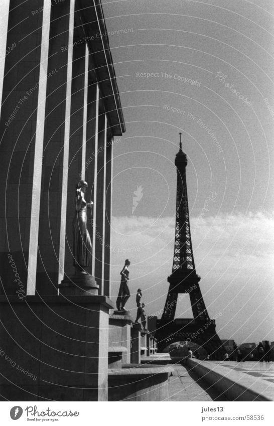 paris Tour d'Eiffel Gebäude Beton Frankreich Paris Sommer Licht Schwarzweißfoto Perspektive Außenaufnahme Architektur