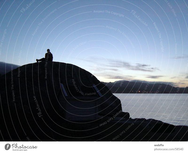 Aufm Stein Wolken Meer schwarz weitläufig Felsen Schatten Himmel Wasser Silhouette blau Mensch Natur