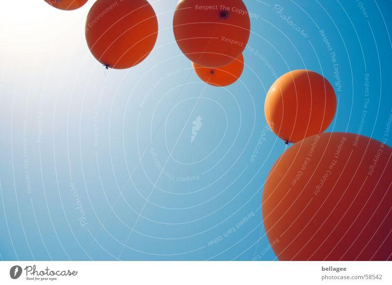 laß sie fliegen... Himmel blau Sommer Freude Freiheit Wege & Pfade Feste & Feiern orange fliegen Seil frei Horizont Fröhlichkeit Luftverkehr Luftballon Niveau