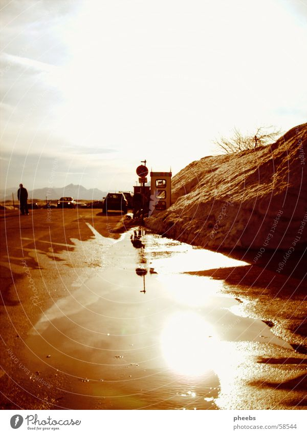 Es Wird Nirgendwo So Sein Wie Am Gaisberg Reflexion & Spiegelung Telefonzelle Sträucher Aussicht Wolken weiß braun Winter Wasser PKW Schnee Mensch Spaziergang