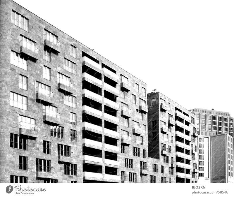 Icke in Bärlin Bürogebäude Stadt Fenster Beton Balkon Haus ausgebrannt Infrarotaufnahme schwarz weiß Berlin Hauptstadt capital Himmel Schwarzweißfoto weis