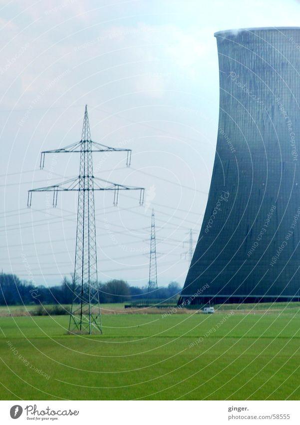 Kühlturm - Cooling Tower Himmel blau grün Wiese groß Energiewirtschaft Elektrizität Technik & Technologie Industrie Industriefotografie Strommast Umweltverschmutzung Hochspannungsleitung gewaltig Kernkraftwerk Wolkenhimmel