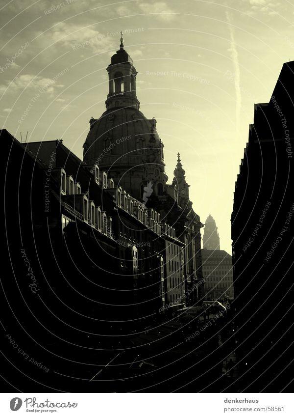 Frauenkirche im Mittelpunkt Dresden Gasse dunkel schwarz gelb Haus Kirchturm Gotteshäuser Straße Religion & Glaube Himmel grau Schwarzweißfoto Nacht Beleuchtung