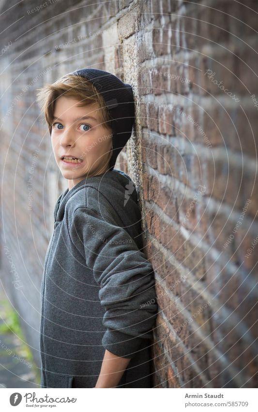 Porträt eines Jugendlichen mit erschrecktem Ausdruck an eine Wand gepresst Angst Lifestyle Mensch maskulin 1 8-13 Jahre Kind Kindheit Mauer Mütze brünett