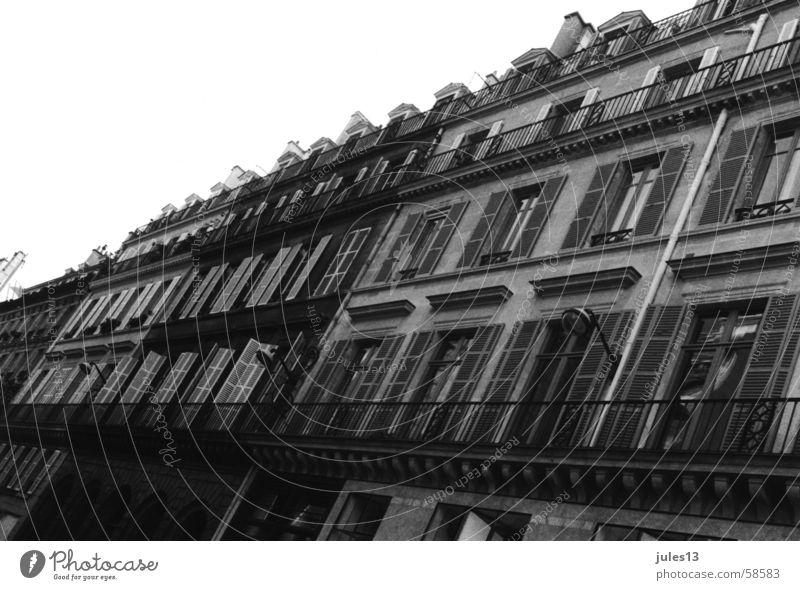 aus paris alt Haus Fenster Stein Mauer Graffiti Perspektive Paris Balkon Frankreich Fensterladen Häuserzeile