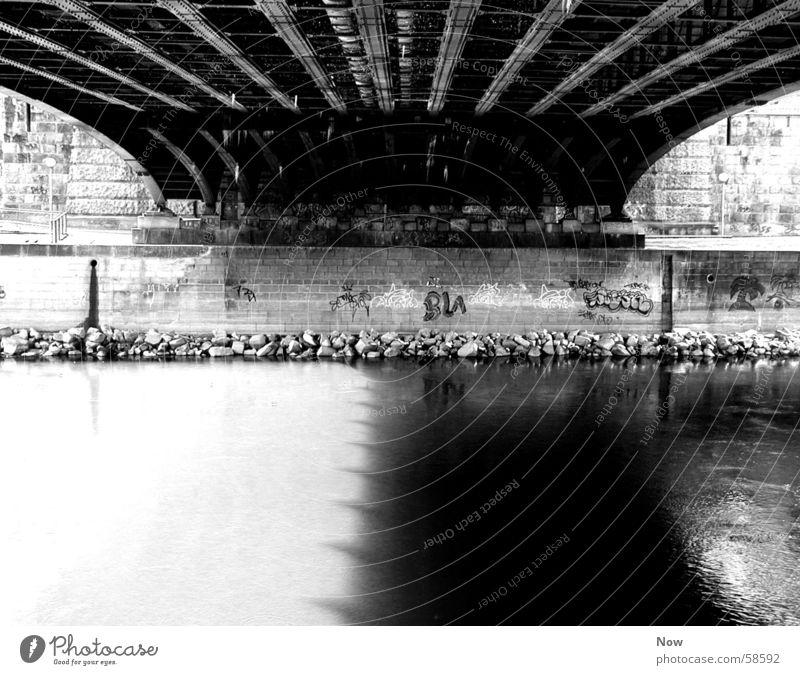 underthebridge schwarz weiß Stimmung Brücke Wasser Schatten Fluss