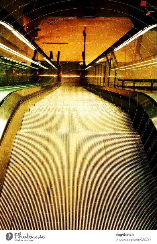 Rolltreppe an der U-Bahn kalt Bewegung Stimmung fahren U-Bahn abwärts Rolltreppe Potsdamer Platz