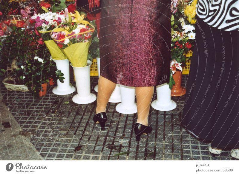 wadeln mehrfarbig Blume Frau Lackschuhe Blumenstand schwarz Vase weiß Wade Beine Farbe plaster Markt Bodenbelag Stein Außenaufnahme