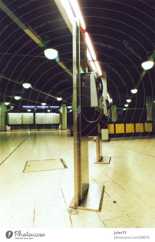 telefon grün gelb Lampe Telefon Perspektive U-Bahn Säule fließen Telekommunikation