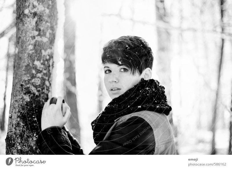 schwarz auf weiss feminin Junge Frau Jugendliche 1 Mensch 18-30 Jahre Erwachsene Winter Schnee schön Schwarzweißfoto Außenaufnahme Tag Schwache Tiefenschärfe