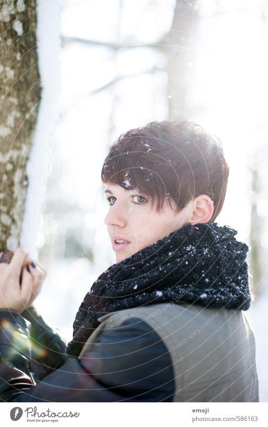 cold feminin Junge Frau Jugendliche 1 Mensch 18-30 Jahre Erwachsene Winter Schnee Schneefall kurzhaarig schön kalt Farbfoto Außenaufnahme Tag Sonnenlicht