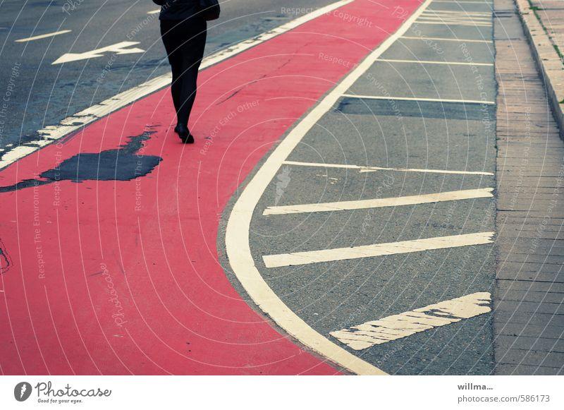 gaby liebt es... Mensch Frau rot schwarz Erwachsene Straße Wege & Pfade grau gehen Beine träumen elegant Lifestyle laufen Ziel Asphalt