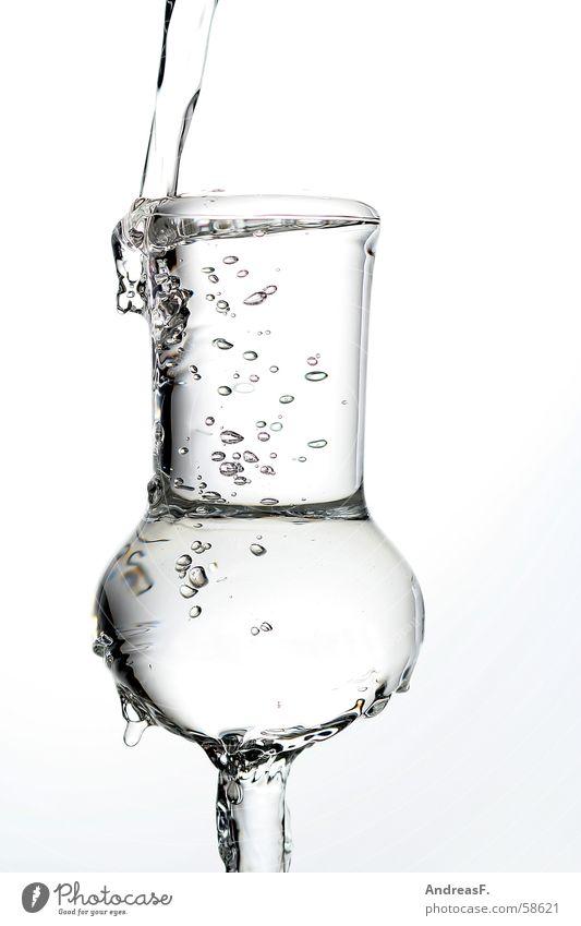 ein Grappa zuviel Likör spritzig Spirituosen Grappaglas füllen nass Überläufer Mineralwasser Wasser Wasserschwall spritzen Sekt Weinglas Alkoholsucht
