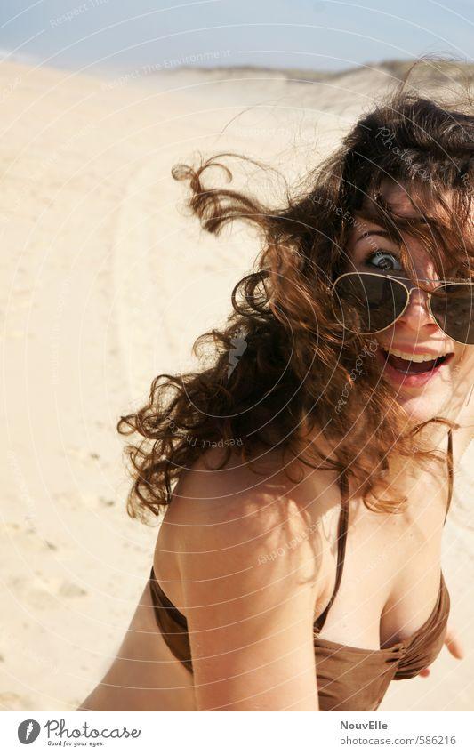 Guck doch mal! Mensch feminin Junge Frau Jugendliche Erwachsene 1 18-30 Jahre Bikini Accessoire Sonnenbrille Haare & Frisuren brünett Locken Gefühle Freude